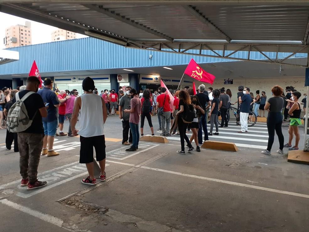 Grupo realiza protesto antirracista em unidade do Carrefour em Natal — Foto: Julianne Barreto/Inter TV Cabugi