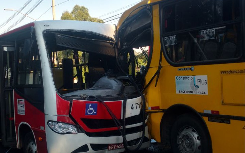 Acidente envolvendo ônibus (Foto: CORPO DE BOMBEIROS/DIVULGAÇÃO)
