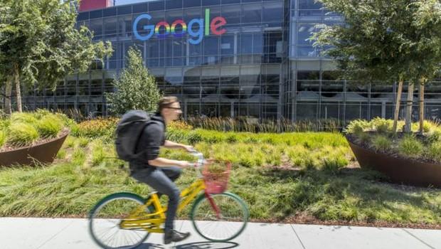 Larry Page e Sergey Brin criaram o Google como um projeto de pesquisa na Universidade Stanford, na Califórnia, e o lançaram como empresa em 1998 (Foto: Getty Images via BBC)