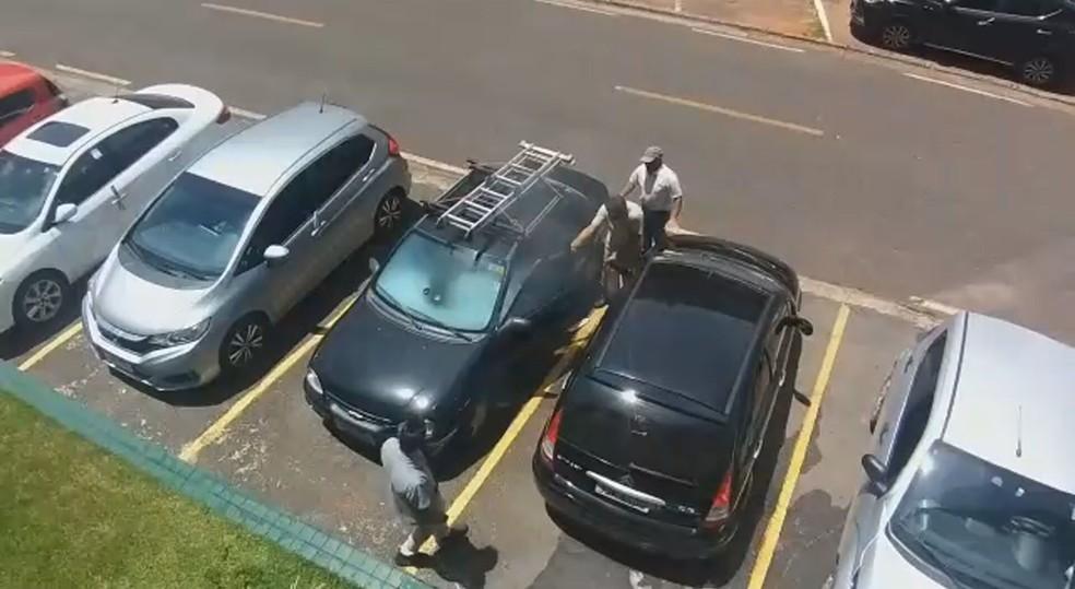 Celular explode e pega fogo dentro de carro no DF — Foto: TV Globo/Reprodução