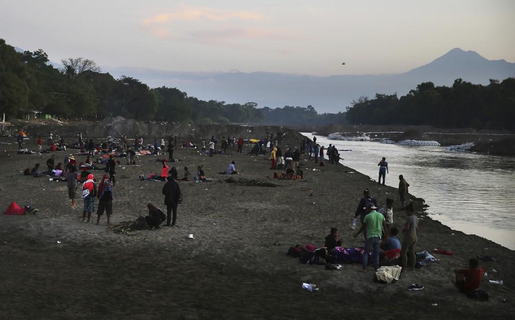 Migrantes que conseguiram chegar ao lado mexicano da fronteira entre o México e a Guatemala descansam nesta terça-feira (21) — Foto: Marco Ugarte/AP Photo