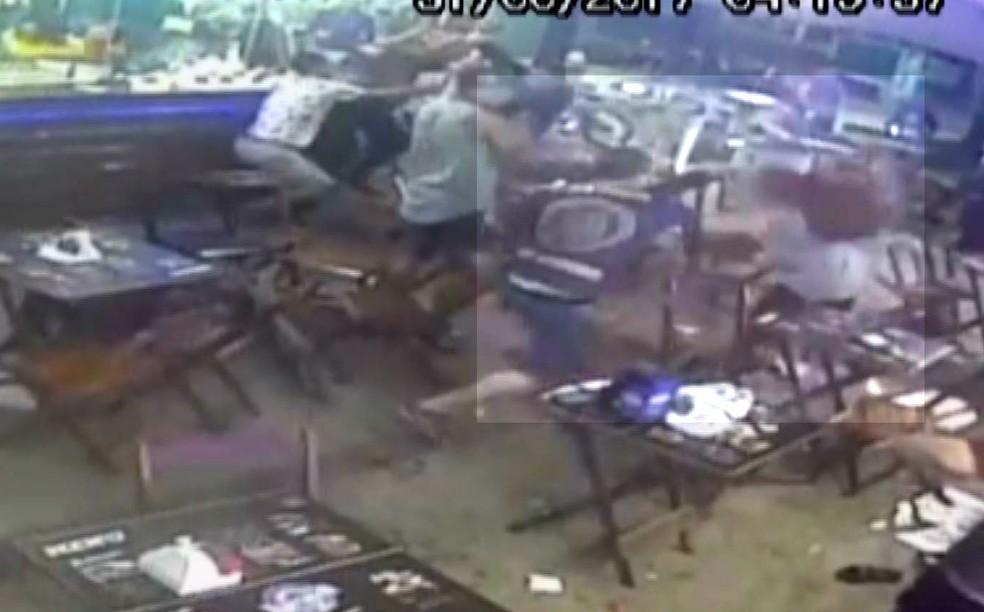 Câmera registrou o momento que homem agride garota com cadeira (Foto: Reprodução)