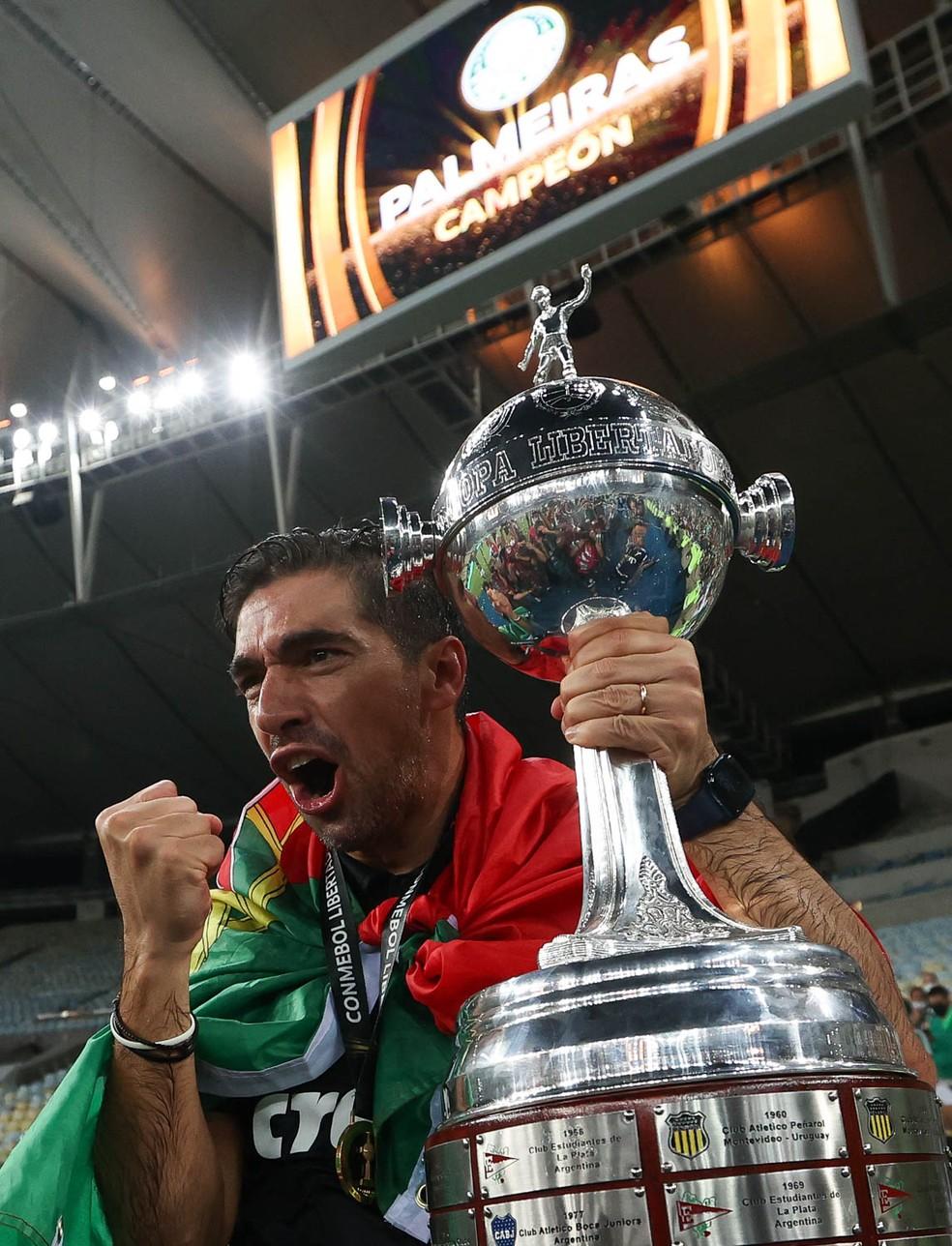 Abel Ferreira, do Palmeiras, com a taça da Libertadores — Foto: Cesar Greco / Ag. Palmeiras