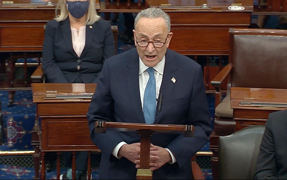 O líder da minoria no Senado, Chuck Schumer, durante a reabertura da sessão no Congresso para certificação da vitória de Joe Biden na eleição presidencial, na quarta-feira (6)  — Foto: Senate Television via AP