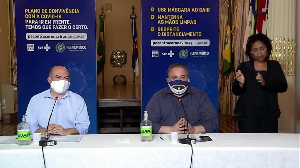 Secretários de Saúde Jailson Correia (esquerda) e André Longo (direita) lamentaram aglomerações em praias de Pernambuco — Foto: Reprodução/YouTube