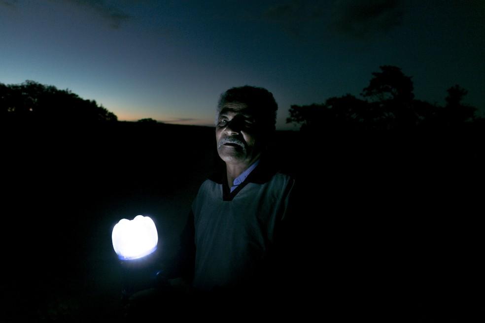 Morador de Alecrim, em Morro do Chapéu, com o lampião feito através do projeto Litro de Luz — Foto: Uatumã Campos
