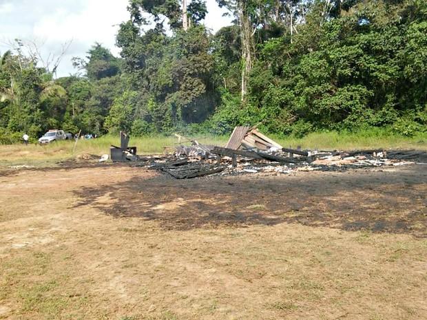 Fazendeiro diz que casas da fazenda foram queimadas por invasores (Foto: Arquivo pessoa/ Fellipe Stühler)