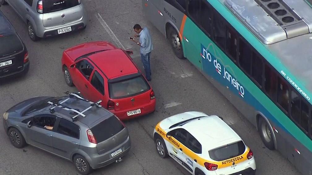 Homem que perdeu o carro pede celular emprestado — Foto: Reprodução/TV Globo