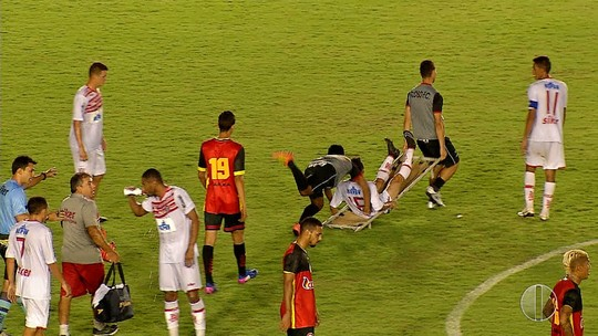 Maqueiro tropeça e derruba jogador no Campeonato Potiguar; veja vídeo