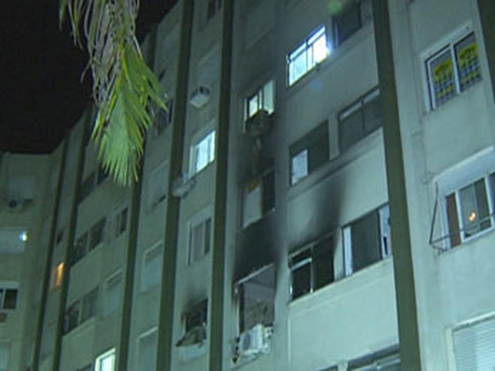 Incêndio em apartamento na Zona Norte de Porto Alegre causou três mortes — Foto: Reprodução/RBS TV