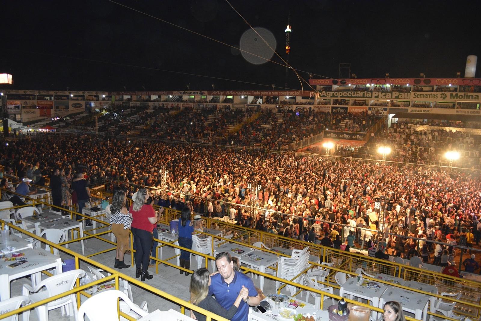 Entrada solidária e show de George Henrique e Rodrigo levam mais de 20 mil pessoas na 36ª Expoari