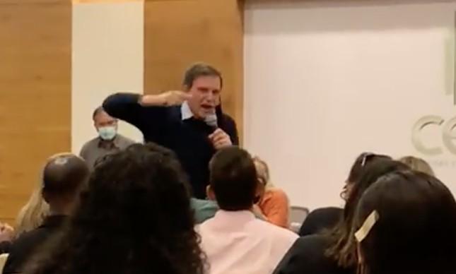 Marcelo Crivella em reunião com apoiadores