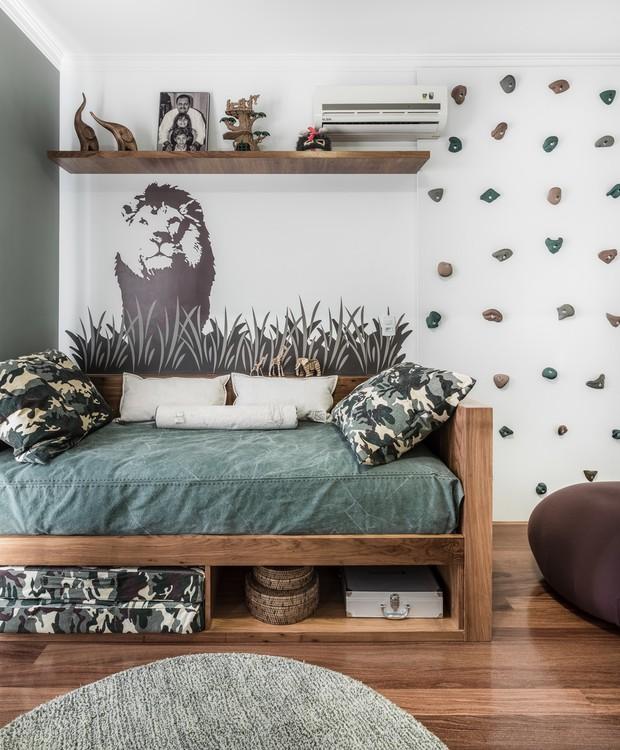 O adesivo de parede dá o clima de savana no quarto do menino. As cores mais secas podem acompanhá-lo por um bom tempo  sem ficarem datadas (Foto: Adriano Escanhuela)