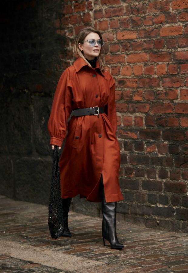 Combo clásscio: trench coat com bota de cano alto  (Foto: Imaxtree)