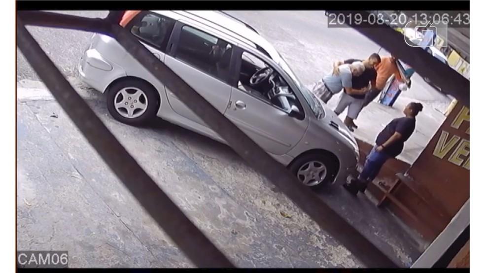 Vítima abraçou motorista idoso, que chorou após atropelamento em Natal  — Foto: Reprodução