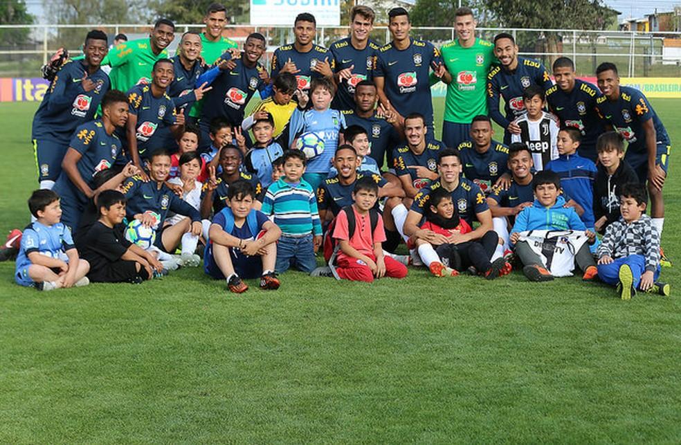 Jogadores da seleção brasileira sub-20 posam com crianças chilenas após o treinamento em Rancagua — Foto: Fernando Torres/CBF