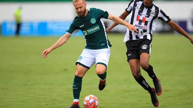 Marcelo Hermes disputa bola; ele deu cruzamento na medida para gol de Barcia