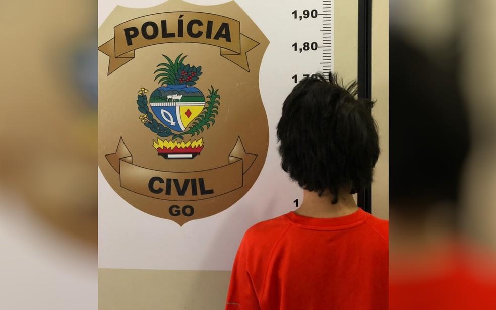 Jovem foi preso suspeito de armazenar material pornográfico infantil — Foto: Polícia Civil/Divulgação