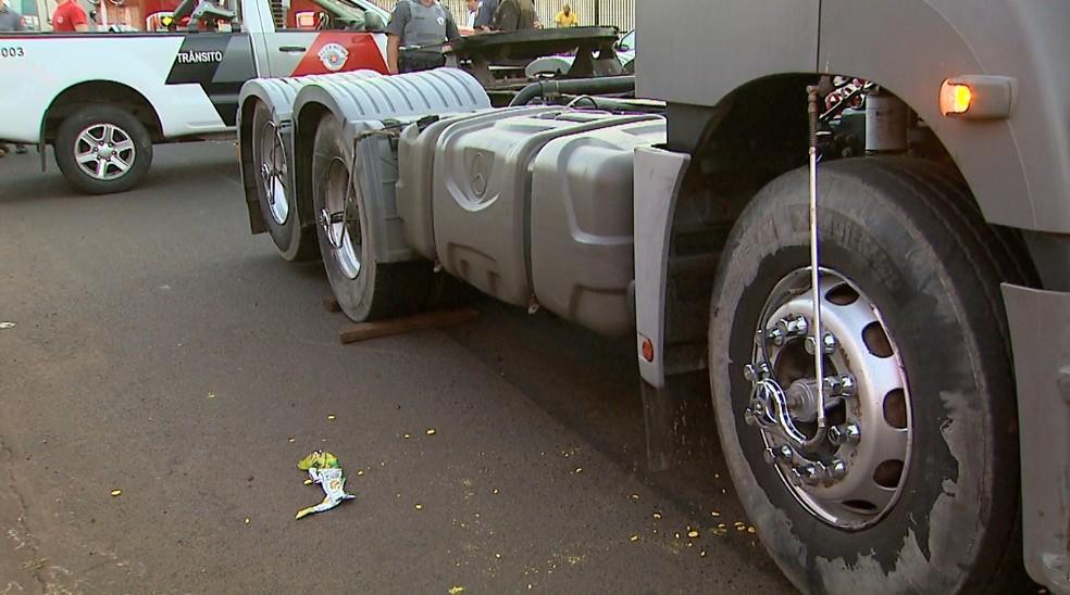 Jovem ficou com a cabeça presa entre as rodas dianteiras da carreta (Foto: Reprodução/EPTV)
