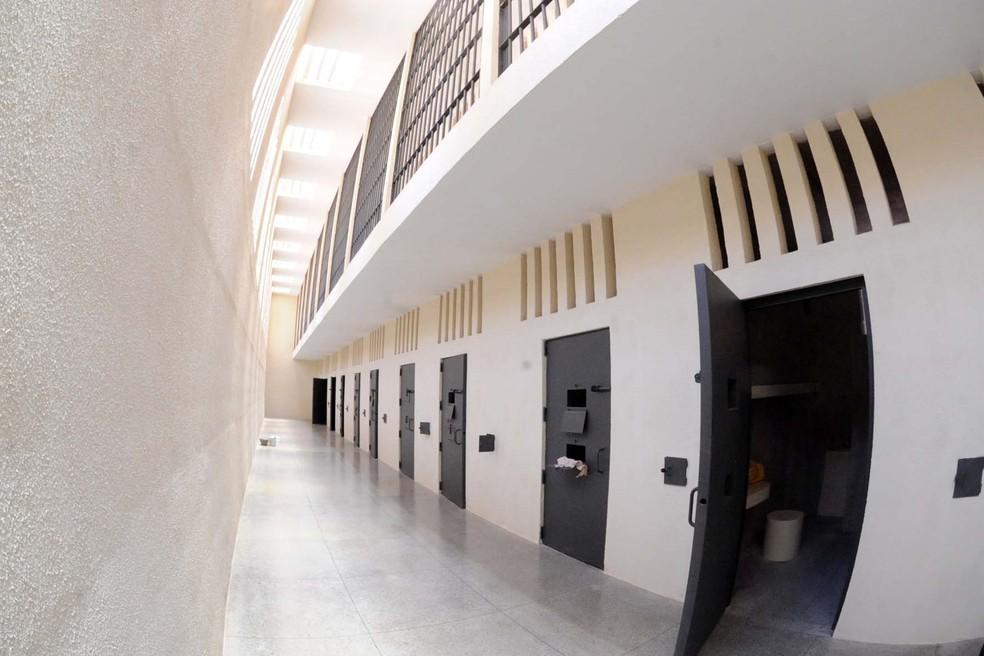 Corredor onde ficam celas da penitenciária federal de Brasília (Foto: Isaac Amorim/MJ)