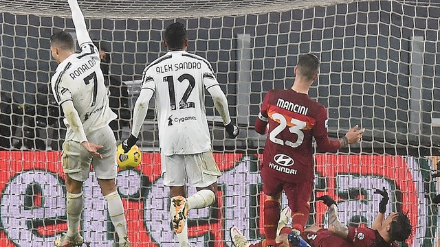 Cristiano Ronaldo comemora o gol do zagueiro brasileiro Ibañez, contra, na vitória da Juventus contra a Roma