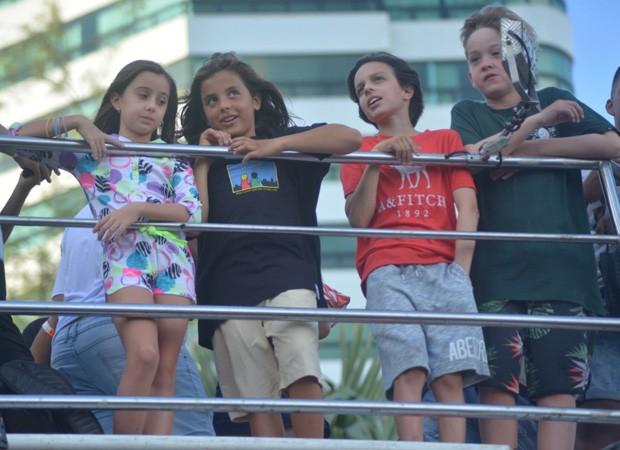 Marcelo, filho de Ivete Sangalo, vê do alto a multidão que esperava sua mãe (Foto: Marcelo Machado/Agnews)