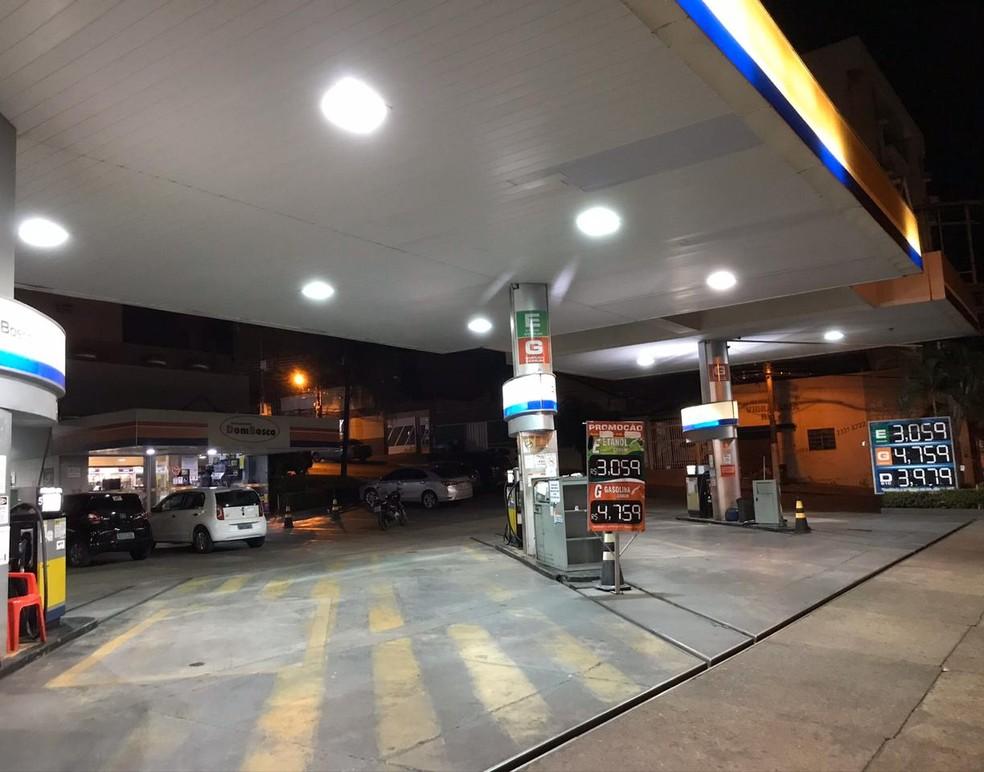 Motoristas pesquisam preços mais em conta para abastecer o carro com etanol — Foto: Yago Oliveira/G1