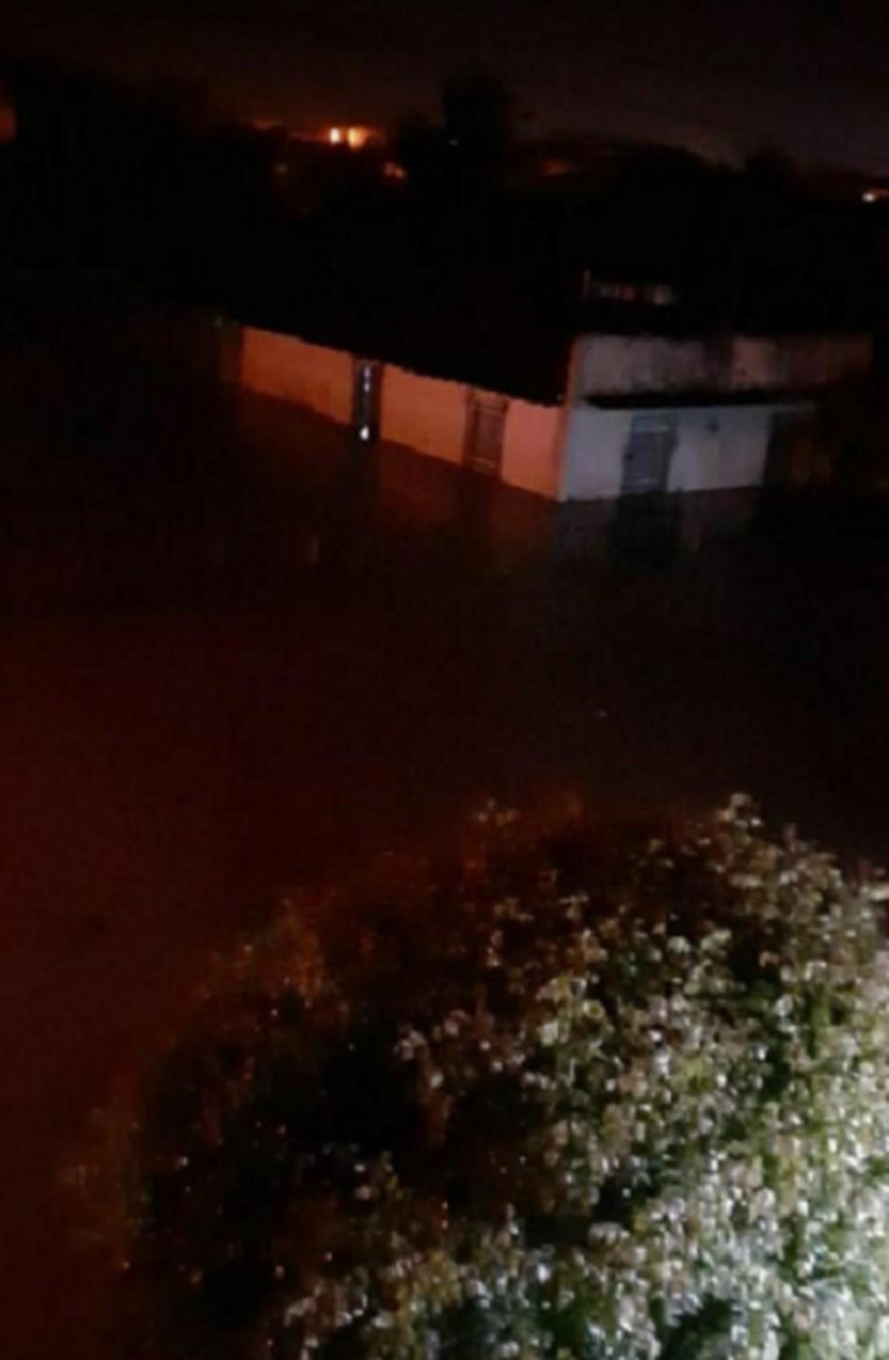 Ruas e avenidas de Hidrolândia alagadas. Nível do Rio Batoque, que passa pela cidade aumentou por causa das chuvas. — Foto: Reprodução/TV Verdes Mares