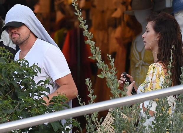 Leonardo DiCaprio e Camila Morrone passeia por Corsica (Foto: Backgrid)