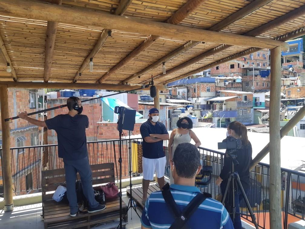 A repórter Bette Lucchese grava o Globo Repórter no Rio — Foto: Globo Repórter/ Reprodução