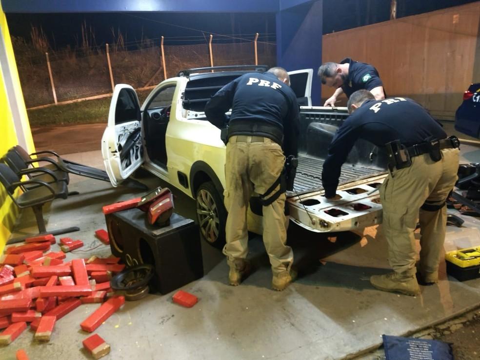 Os policiais fizeram buscas, mas não encontraram o motorista. (Foto: Polícia Rodoviária Federal/Divulgação)