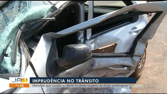 Casal e bebê ficam feridos após carro ser atingido em cruzamento
