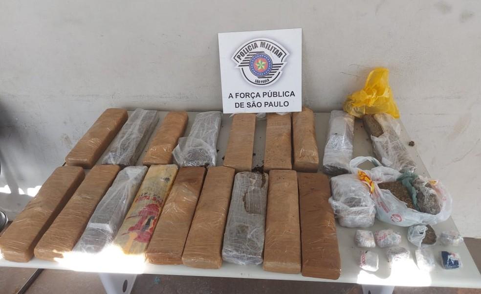 Além da maconha jogada pela janela do carro, policiais apreenderam outros 16 tijolos da droga na residência do casal — Foto: Polícia Militar/Divulgação