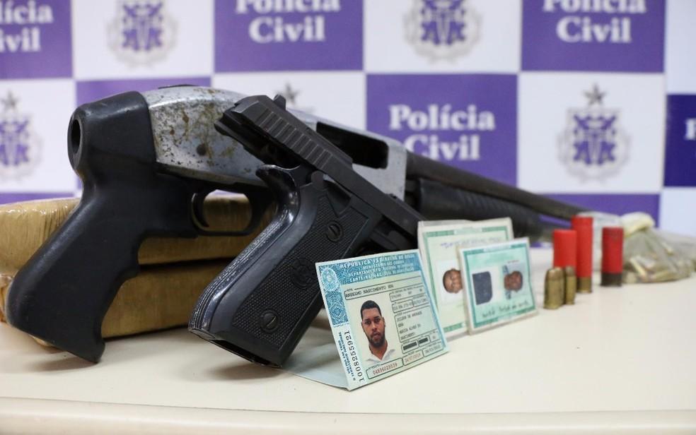 Espingarda e pistola foram apreendidas com líder de quadrilha (Foto: Divulgação/ SSP)