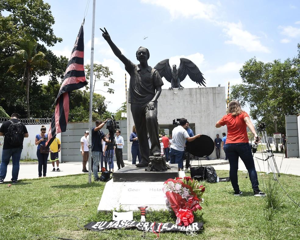 Homenagens deixadas em frente ao Ninho na época da tragédia — Foto: André Durão