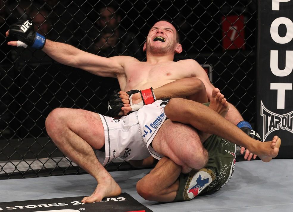 Charles do Bronx finaliza Eric Wisely com chave de panturrilha, a primeira da história do UFC, em 2012 — Foto: Getty Images