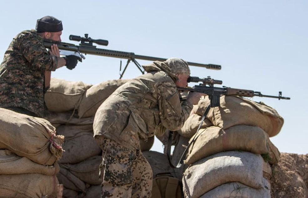 Soldados estrangeiros que se juntaram às forças curdas lutam durante ofensiva do Estado Islâmico contra Ras al-Ain (Foto: Rodi Said/Reuters)