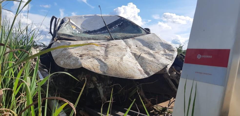 Com o impacto, veículo ficou destruído.  — Foto: PRF/Divulgação