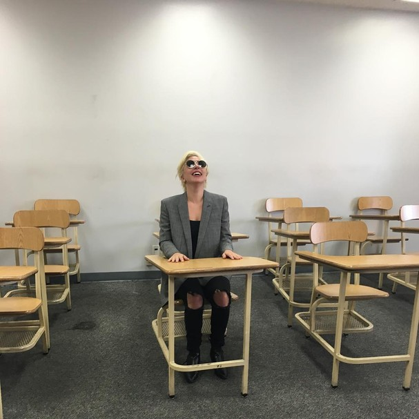 Lady Gaga na sala de aula (Foto: Reprodução)