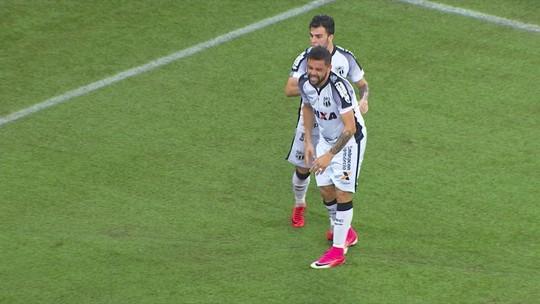 Felipe Azevedo tira de Santos, bate para o gol e Carleto salva em cima da linha, 11 2º