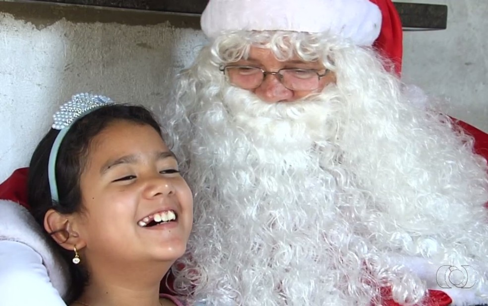 Welisvane Rocha Lima e Papai Noel, que deu a ela um notebook para que seguisse seu sonho de se tornar escritora — Foto: Reprodução/TV Anhanguera