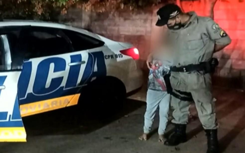 Polícia resgata menino que andava sozinho de madrugada, em Goiânia — Foto: Reprodução/TV Anhanguera