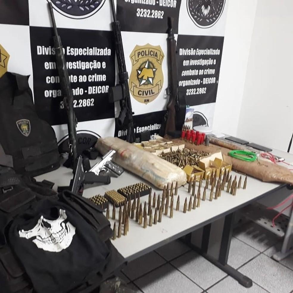 Fuzis, munições e explosivos encontrados por policiais civis após prisão de suspeito de assaltos a bancos no RN — Foto: Cedida