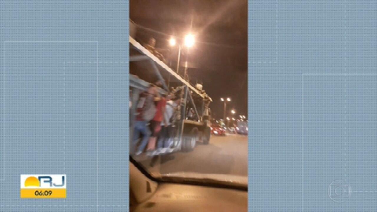Passageiros desistem de esperar pelo BRT e vão embora em caminhão-cegonha
