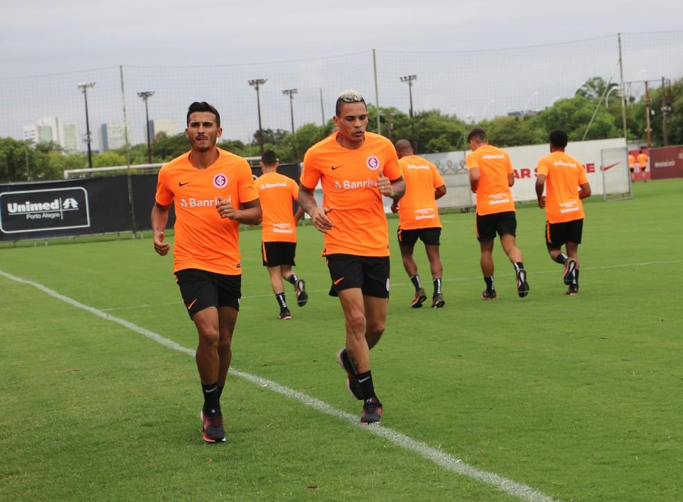 Guilherme Parede correu ao lado de Jonatan Alvez  — Foto: Tomás Hammes/GloboEsporte.com