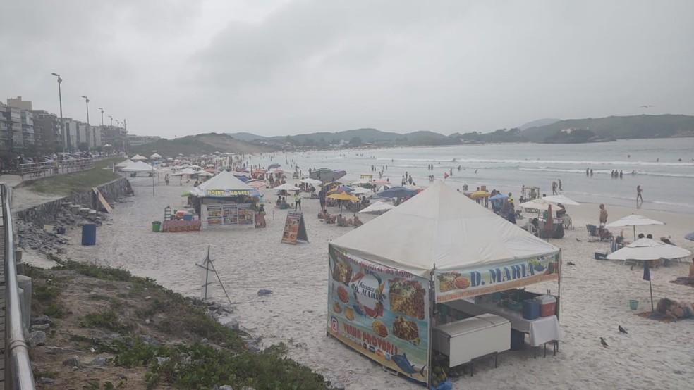 Mesmo com tempo nublado, areias da Praia do Forte já recebem grande número de banhistas em Cabo Frio, no RJ — Foto: Paulo Henrique Cardoso/G1
