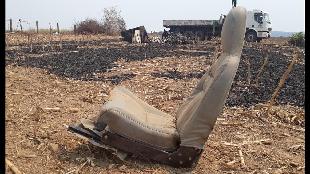 Foto mostra poltrona arrancada na queda e explosão de avião em Guarantã do Norte: pai e filho morreram — Foto: Edevaldo Souza Kruger/Corpo de Bombeiros