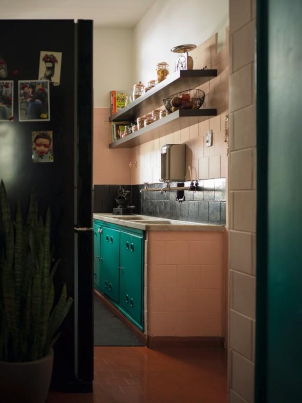 Cozinha. Na cozinha, o rosa pálido contrasta com o preto e o turquesa usado nos armários. O moedor de café antigo, ao fundo, está na família de Barbara há muitas gerações (Foto: Christian Maldonado / Editora Globo)