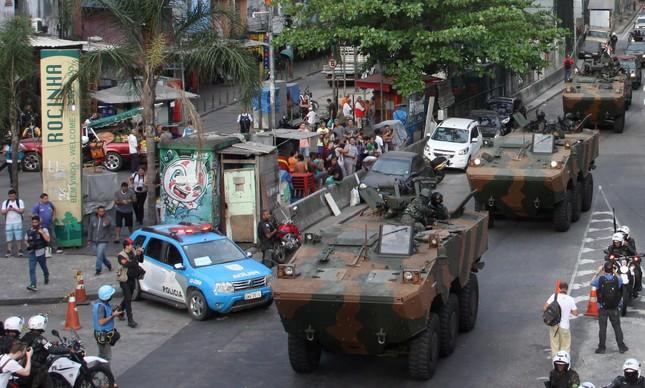 Exército chega à Rocinha pela autoestrada Lagoa-Barra.