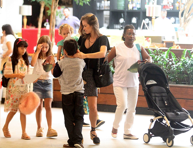 Luiza Valdetaro e as filhas (Foto: Daniel Delmiro/ Agnews)